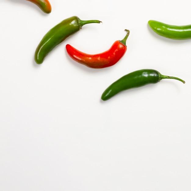 Pimentos vermelhos e verdes com cópia-espaço Foto gratuita