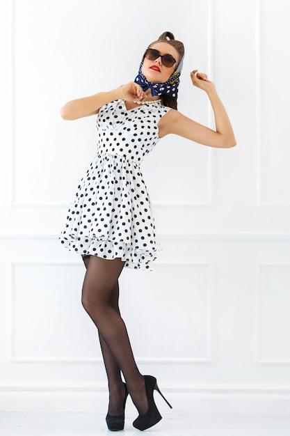 Pin-up de mulher em vestido bonito Foto gratuita