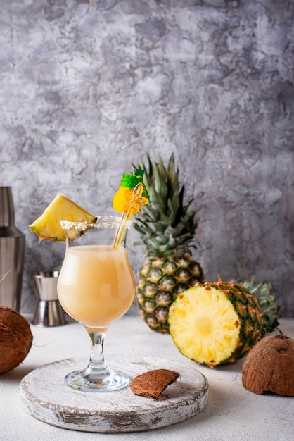 Pina colada. cocktail tradicional do caribe Foto Premium