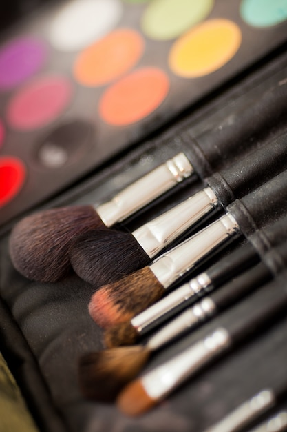 Pincéis cosméticos. sombras de olhos multicoloridas com escova de cosméticos Foto Premium
