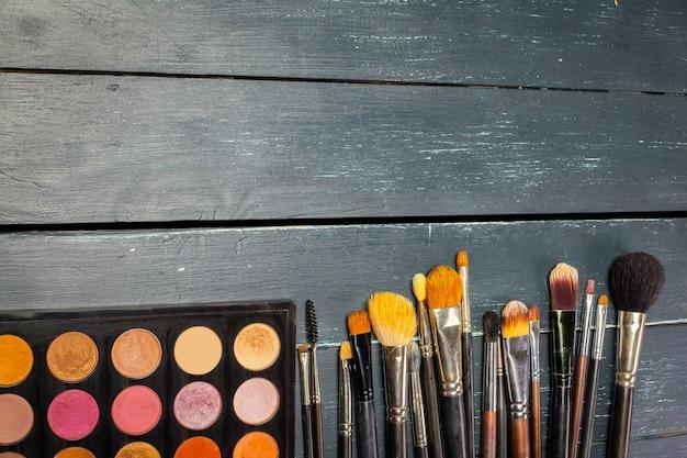 Pincéis de maquiagem e sombras de maquiagem Foto Premium