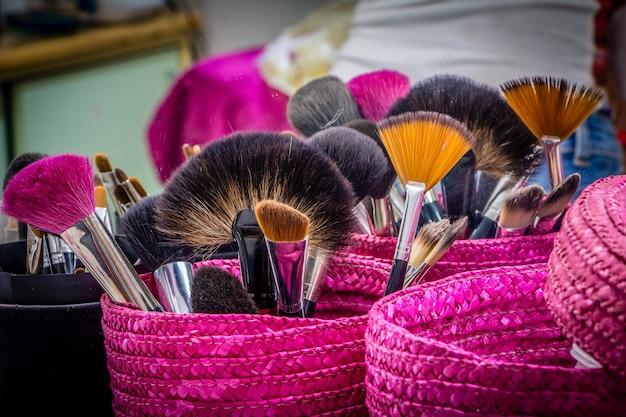 Pincéis de maquiagem profissional em cesta magenta Foto Premium