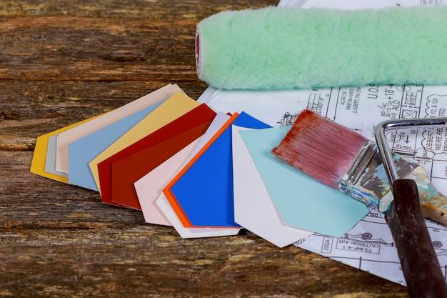 Pincéis, rolo de pintura em desenhos de papel Foto Premium