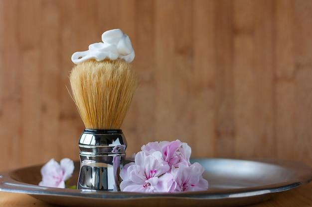 Pincel de barbear com espuma no topo em bandeja de aço envelhecido em madeira Foto Premium