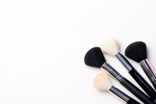 Pincel de maquiagem em um fundo branco. conceito de beleza. close-up com espaço para texto Foto Premium