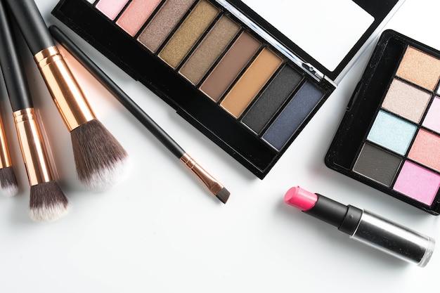 fe9a3e7dbdcc2 Pincel de maquiagem no fundo branco   Baixar fotos Premium