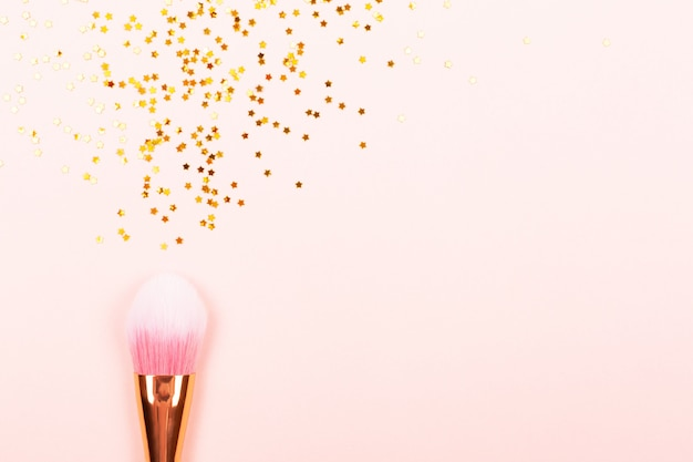 Pincel de maquiagem rosa e confete Foto Premium