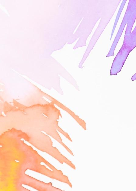 Pincelada de aquarela sobre fundo branco Foto gratuita