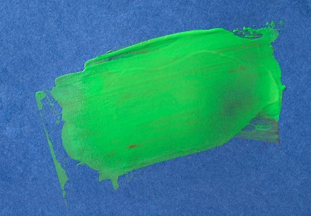 Pincelada verde sobre fundo azul Foto gratuita