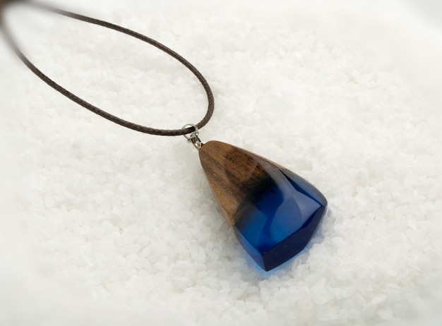 Pingente de jóias com cristal azul Foto Premium