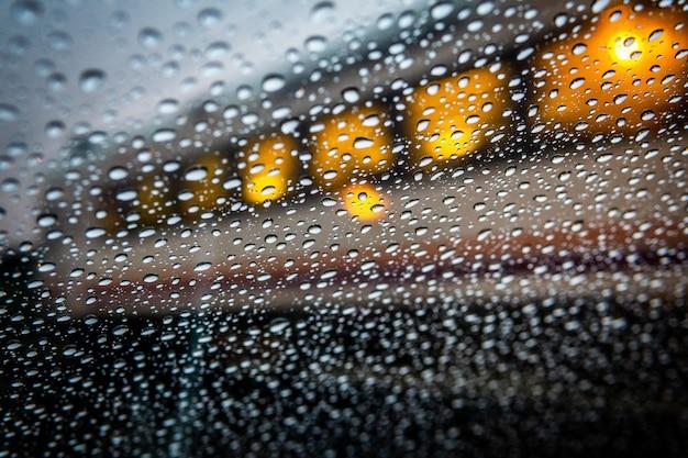 Pingos de chuva com vagão de trem Foto Premium