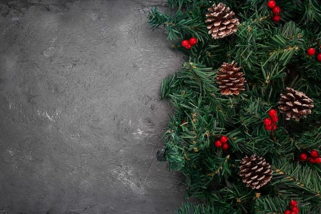 Pinhas empilhadas e galhos de árvores Foto gratuita