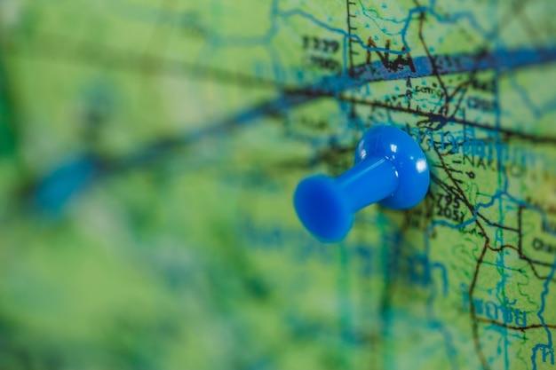 Pino azul no mapa Foto Premium