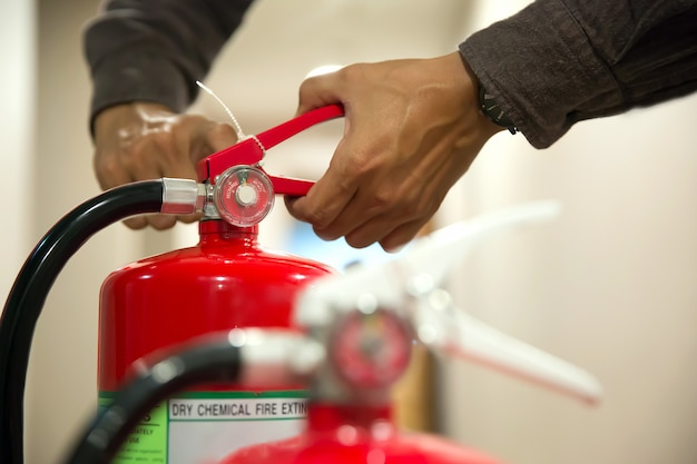 Pino de tração do engenheiro do extintor. Foto Premium