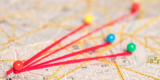 Pinos coloridos no mapa Foto gratuita