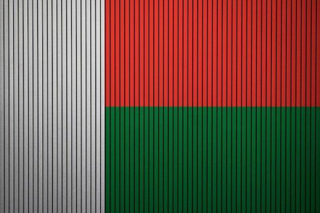 Pintado a bandeira nacional de madagascar em uma parede de concreto Foto Premium