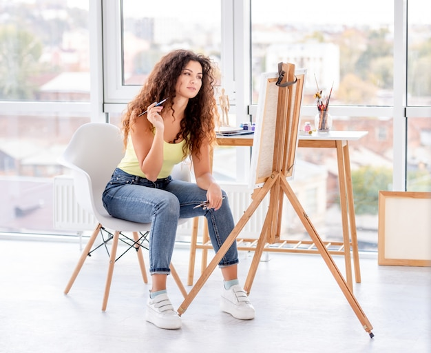 Pintor de menina fazendo nova foto Foto Premium