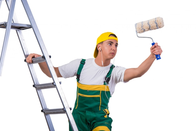 Pintor de reparador jovem subindo escada isolada no branco Foto Premium