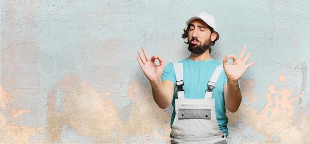 Pintor profesional satisfeito pose Foto Premium