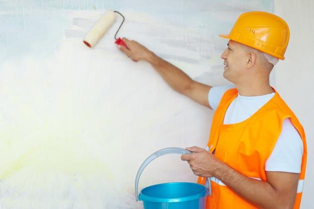 Pintores de casas com rolo de pintura Foto gratuita