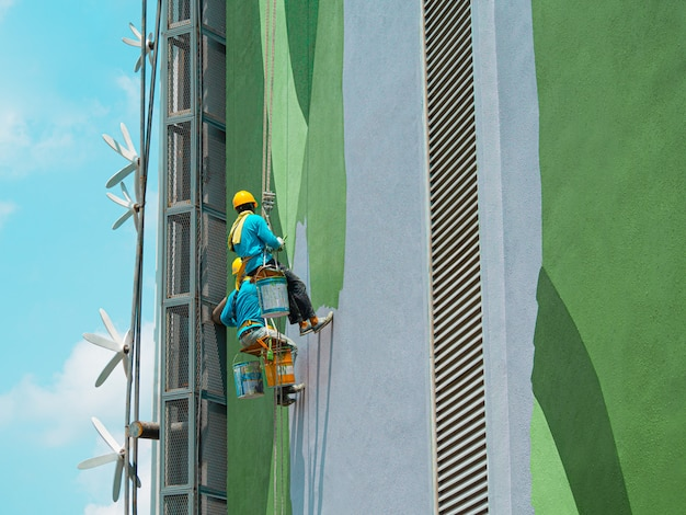 Pintores pintando o exterior do edifício Foto Premium