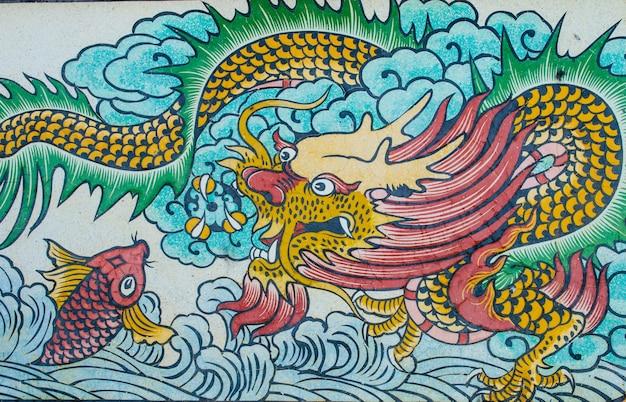 Pintura de dragão na parede de granito Foto Premium