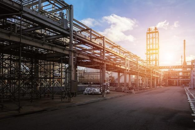 Pipeline e suporte de tubos da planta industrial de petróleo com fundo do céu por do sol Foto Premium