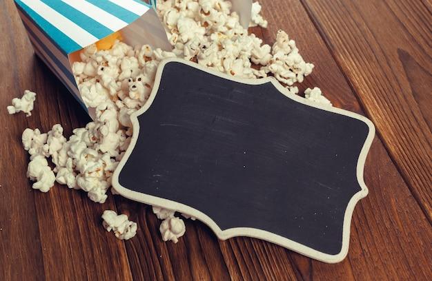 Pipoca de sal na mesa de madeira Foto Premium