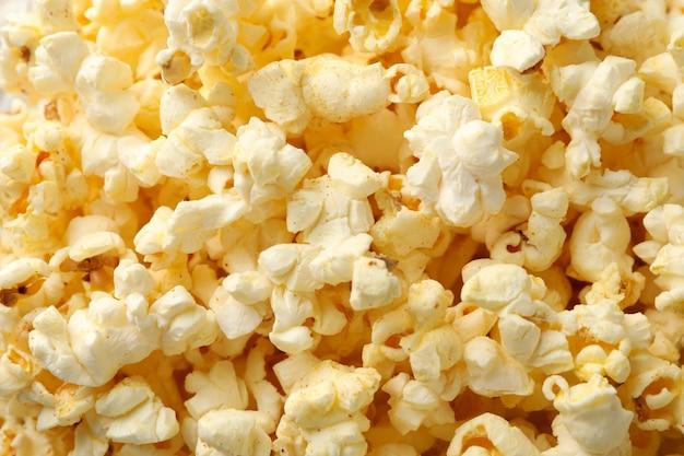 Pipoca saborosa em todo o espaço. comida para assistir cinema Foto Premium