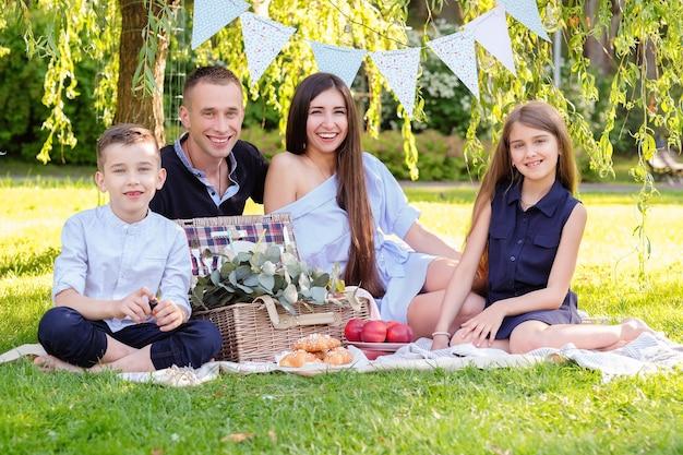 Piquenique com a familia Foto gratuita
