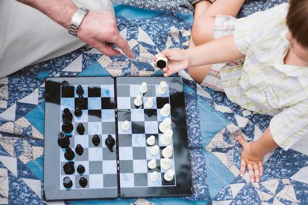 Piquenique de vista superior com jogo de xadrez Foto gratuita