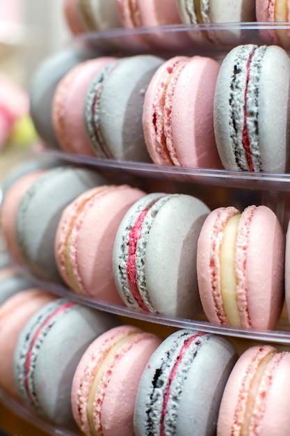 Pirâmide de confeitos coloridos. doces no feriado. decoração comestível Foto Premium
