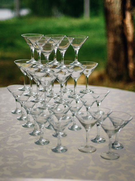 Pirâmide de copos de martini em cima da mesa Foto Premium