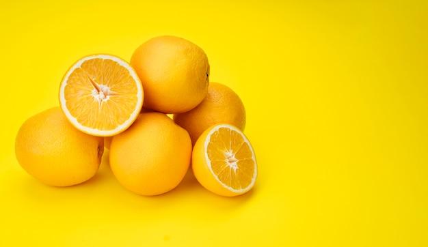 Pirâmide de limões com fundo amarelo Foto Premium