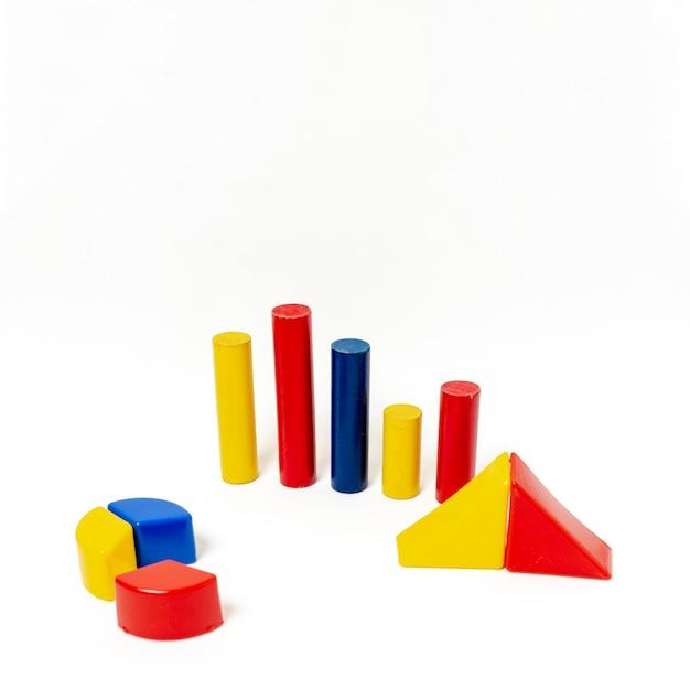 Pirâmide e gráficos de barras no fundo branco Foto gratuita