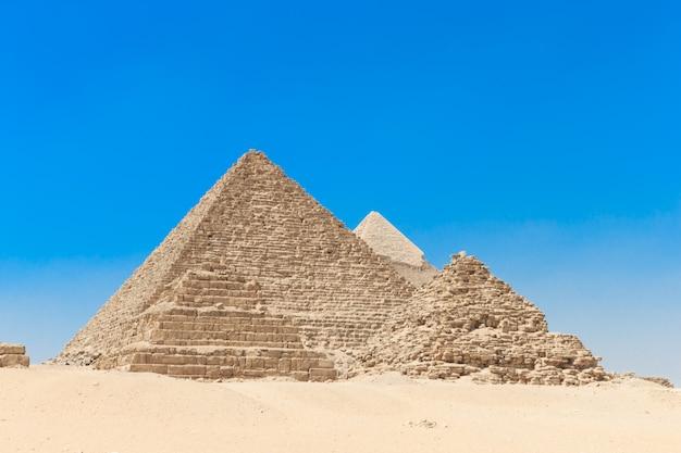 Pirâmides com um lindo céu de gizé no cairo, egito. Foto Premium