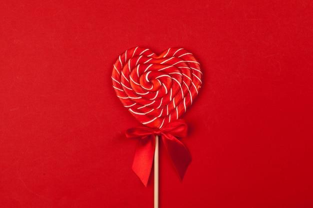 Pirulito vermelho em forma de coração Foto Premium