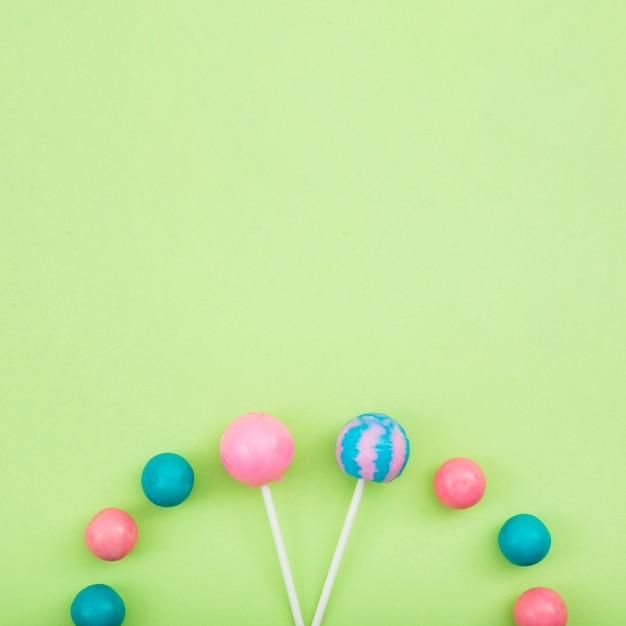 Pirulitos e doces em alinhado na mesa Foto gratuita