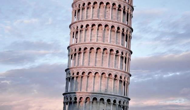 Pisa torre com céu bonito Foto gratuita