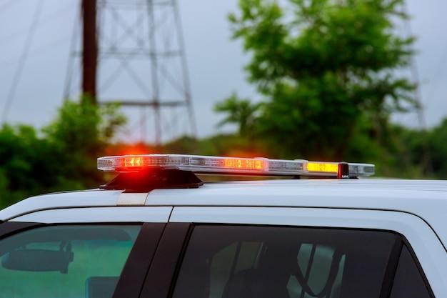 Pisca-pisca de luz vermelha de uma sirene no carro de polícia piscando Foto Premium