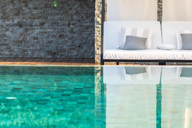 Piscina ao ar livre com guarda-chuva lounge cadeira por lá para viagens de lazer Foto gratuita