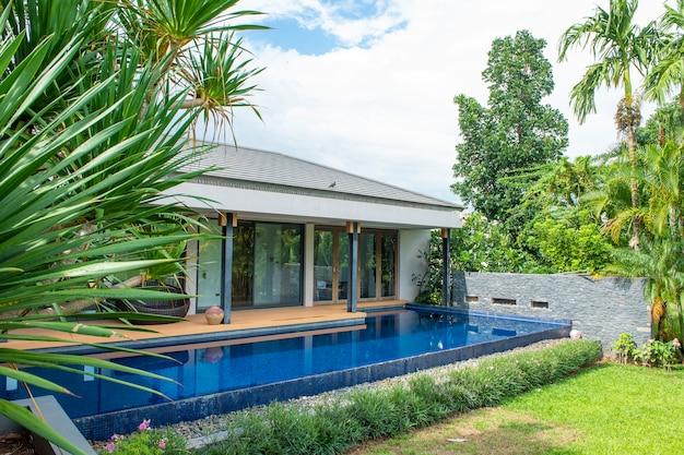 Piscina em casa moderna e vista para a montanha Foto Premium