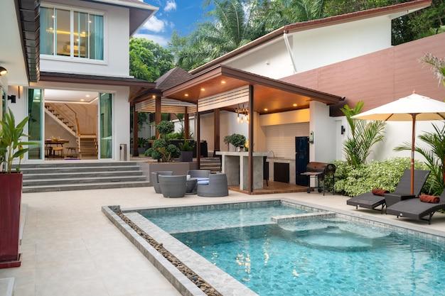 Piscina externa com balcão de bar no terraço da piscina Foto Premium