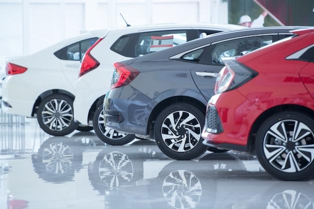 Piso branco para estacionamento de carros novos, fotos de carros novos no showroom, parque, show em espera pelas vendas de revendedores da filial e novos centros de serviços de automóveis Foto Premium