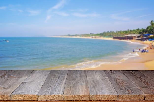 Piso de madeira contra a costa do mar. Foto Premium