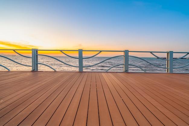 Piso de madeira e vista para o lago Foto Premium