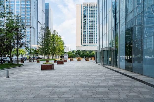 Pisos vazios e edifícios de escritórios no centro financeiro, qingdao, china Foto Premium