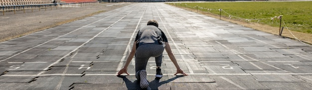 Pista de corredores homem rapaz correndo no estádio Foto Premium