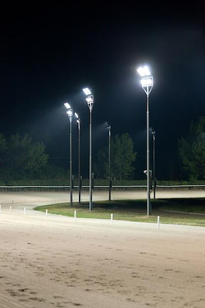 Pista de corrida de cavalos à noite Foto Premium