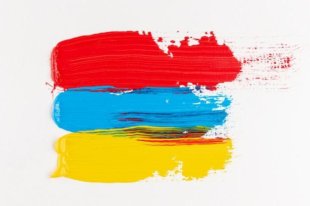 Pistas de tinta vermelha, amarela e azul Foto gratuita